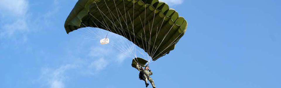 Wir bieten weltweites militärisches Fallschirmspringen an