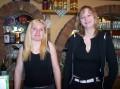 Unsere zwei huebschen Kellnerinnen