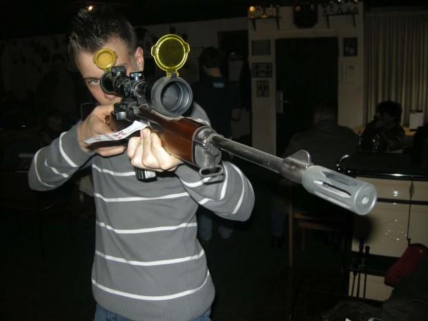 ein-scharfschuetzengewehr-mit-schalldaempfer