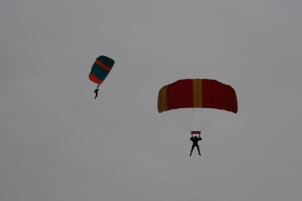 zwei-fallschirme-am-himmel