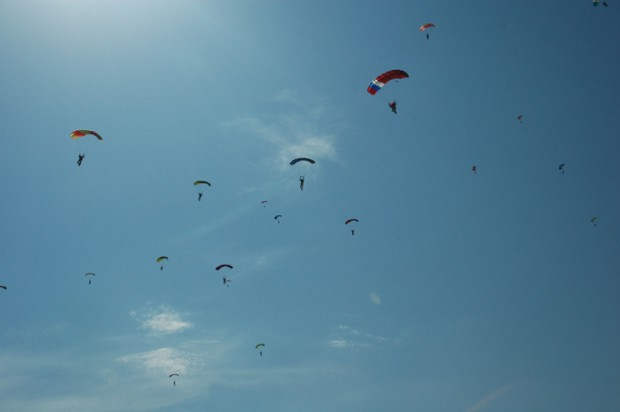 lot-of-parachute-are-in-the-sky