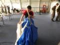 Rene beim Schirmepacken