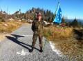 Stabsunteroffizier Blaha mit der EMFV Fahne