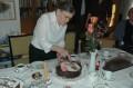 Rosi schneidet die Torte an