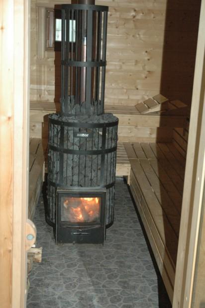 die-sauna-wird-mit-holz-beheizt