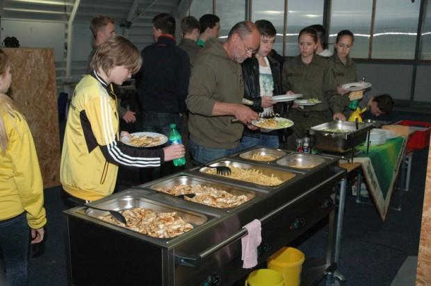 verpflegungsausgabe-im-hangar