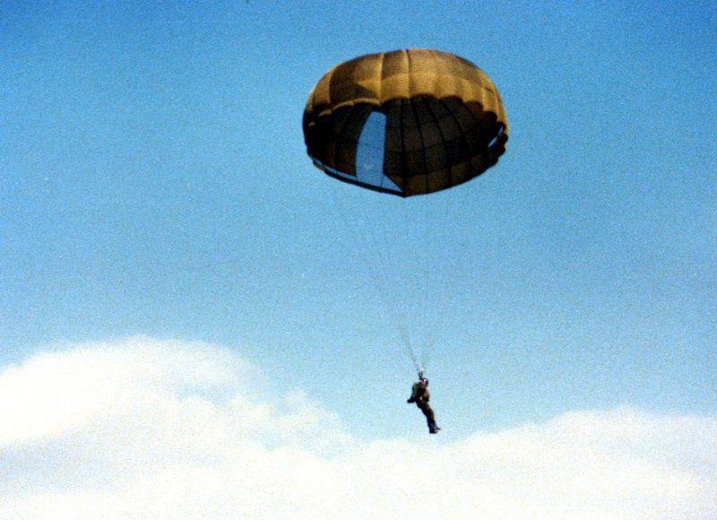 am-franzoesischen-fallschirm-efa-672